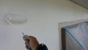 <p>しっかり高圧洗浄で汚れを洗い落とし下塗りをします。