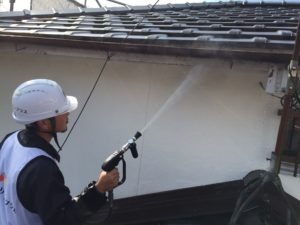 <p>破風板も高圧洗浄していきます。