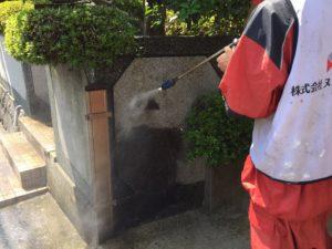 <p>塀も高圧洗浄で洗っていきます。