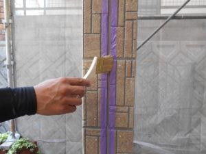 <p>シーリング材の密着を高めるためプライマーを塗布していきます。