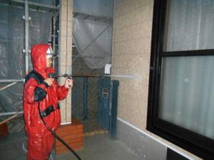 <p>次に、塗装の密着を高めるため高圧洗浄で外壁の汚れ・チョーキングを洗い流していきます。