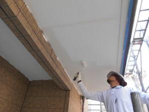 <p>軒天は結露でカビが発生しやすいため、マットタイプの防カビ塗料を塗布していきます。