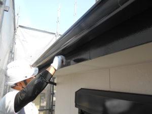 <p>破風板はシリコン塗料を塗布していきます。
