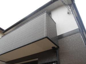 <p>2階は白に。ベランダはルーフィング・サイディングボードから張り替えました。