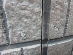 <p>既存シーリングは硬くなっておりサイディングボードに隙間が生じていたため、雨漏りの原因になり兼ねます。打ち換え時期です。