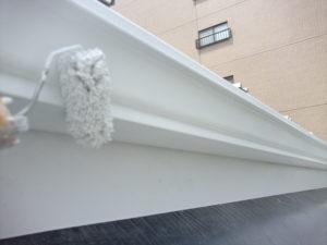 <p>附帯部の鉄部は、ケレン後サビ止めし塗料を塗っていきます。
