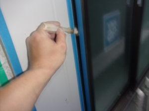 <p>シーリング材の密着を高めるためプライマーを塗布します。