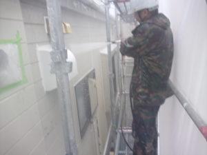 <p>外壁塗装作業に移る前に、塗料の密着を高めるため高圧洗浄で汚れやチョーキングを洗い流していきます。