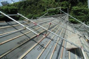 <p>新築当初からルーフィングを取り換えていなかったため基礎部分より張り直していきます。