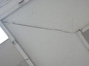<p>軒天には、塗膜の亀裂や汚れが見受けられます。