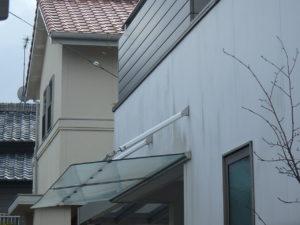 <p>ツヤありの外壁は、コケが発生しやすいので塗り替えの際はお客様のご要望に合わせて塗料を選びます。