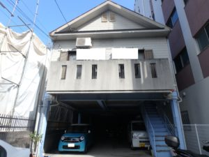 <p>1階駐車場を登ると2階がお住まいになるT様邸。全体的に劣化が気になります。