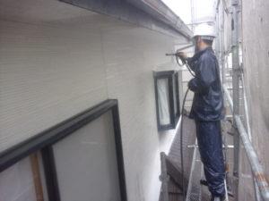 <p>塗装前に汚れやチョーキング現象が残っていないかを確認していきます。