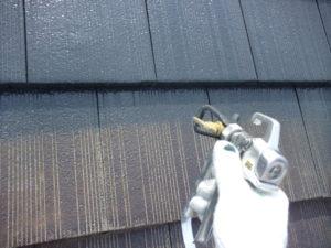 <p>中塗りが塗布し終わる頃には屋根の色が甦ってきます。
