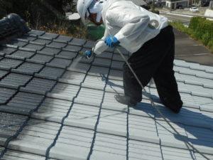 <p>乾燥後、1回目のシリコン塗料を葺き付けます。