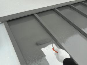 <p>トタン屋根は、手塗りでサビ止めを塗布後手塗りでウレタン塗料を塗布します。