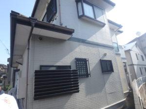 <p>サイディング外壁の木造2階建て住宅。淡いグレーとブラックのバイカラーでメリハリがあり爽やかな印象です。