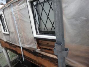 <p>次に、ベランダのサイディングの亀裂箇所の修繕作業です。サイディングを撤去したところ・・・