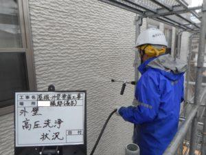 <p>塗料の密着を高めるため、汚れやチョーキング現象を洗い流していき塗装作業開始です。