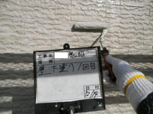 <p>外壁に取り掛かり、下塗りです。