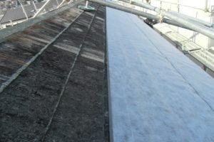 <p>まずは、コロニアル屋根の重ね葺きです。雨漏り防止のため、ルーフィングを貼り付けます。