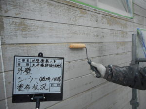 <p>外壁塗装の下準備、透明のシーラーを塗布します。
