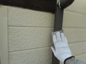 <p>次に、樋の塗装作業です。ケレンです。
