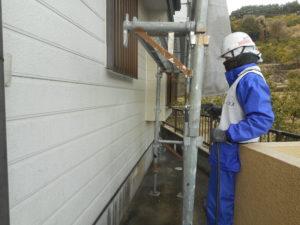<p>多量の水を使用し、汚れやチョーキング現象を洗い流し、十分に乾燥期間を設けます。