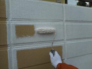 <p>次に、塀の塗装作業です。下塗りです。