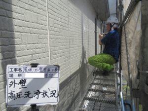 <p>外壁も屋根同様高圧洗浄でしっかり洗い落としていきます。