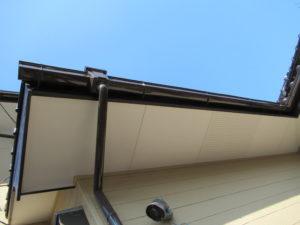 <p>軒天は艶を抑えた塗料で結露を防止します。