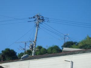 <p>屋根は高さがあり見づらいですが色褪せ・剥がれ、鉄部からはサビが見受けられ一部雨漏りがあったとのことで早めの処置が必要です。