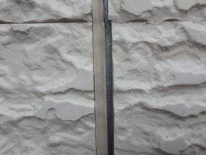 <p>シーリングは硬直し、サイディング外壁と隙間が生まれており劣化していました。放置してしまうと、雨が入り込み内部の腐食が進んでしまい危険です。