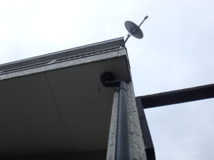 <p>ベランダを見上げると、シーリングが劣化し割れ目から雨が入り込み内部の腐食が進行しており、カビが発生していました。