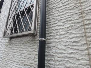 <p>竪樋はうっすら色褪せが見受けられ、取り付けている金具の塗料が剥がれていました。