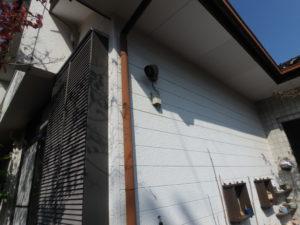 <p>白の外壁は、触って確認したところチョーキング現象が見受けられました。