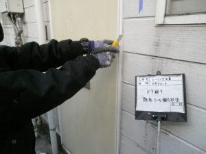 <p>次にシーリング打ち換え作業です。劣化のままになっていると、内部の腐食・老朽化の原因になり兼ねます。