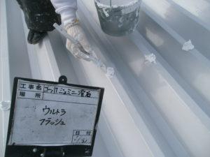 <p>サビが出やすいボルト部分は防水補強をしていきます。