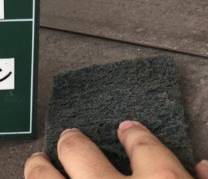 <p>次に、板金屋根の塗装作業です。塗料の密着を高めるため、ケレンします。