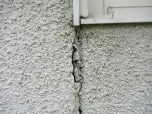 <p>窓のサッシの隅から亀裂が生じ、破損しています。