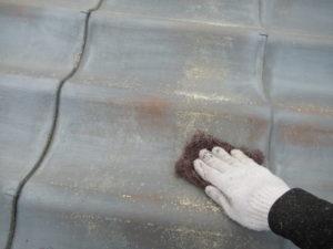 <p>まずは、屋根の施工から始めます。ケレンで旧塗膜を削り落とします。