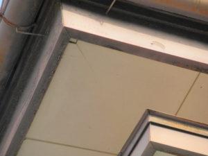 <p>軒天は色褪せ、破風は塗膜の剥がれが見受けられます。