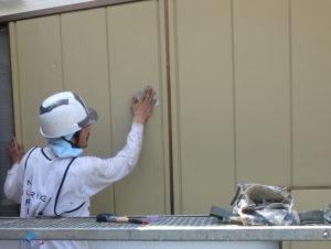 <p>次に、雨戸の塗装作業です。ケレンをします。