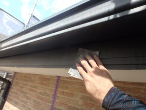 <p>破風板をケレンして、劣化した塗膜を除去します。