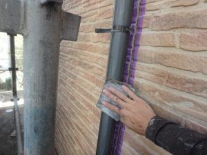 <p>竪樋もケレンして、旧塗膜を除去します。