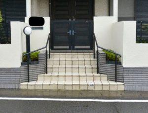 <p>塗装工事とは別に、階段手摺の取付もご依頼頂きました。