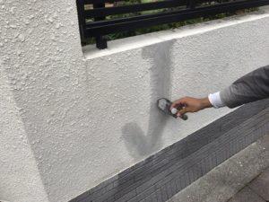 <p>コンクリート表面に合わせて、平滑に仕上げます。