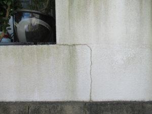 <p>施工前の塀には、コケが発生していました。