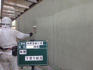 <p>外壁下塗りです。塗料が透明なので、塗り残しが無いように細心の注意を払います。