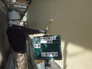 <p>外壁上塗りです。ムラが無いように、色の透けが無いように、均一に丁寧に仕上げます。